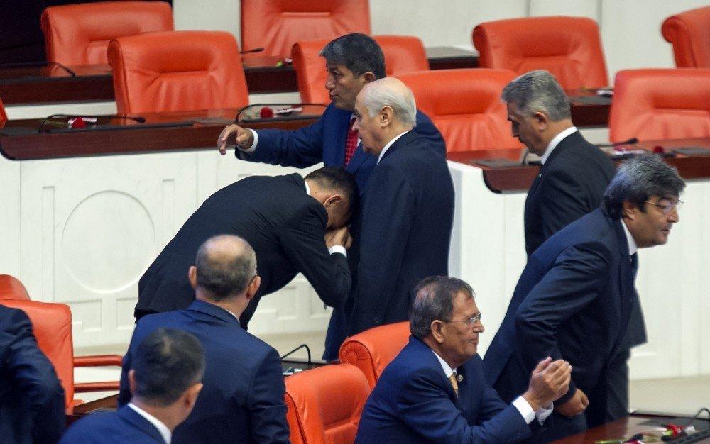 İyi Parti Milletvekili Bahçeli'nin Elini Öptü
