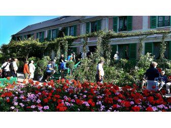 Monet'in İlham Bahçesine Turist Akını