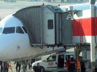 Fren yapamayınca uçağa çarptı