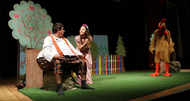 Yaşlı teyzeden tiyatro oyununa bastonlu müdahale
