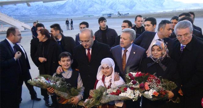 Ahıska Türkleri'ni Bakan Akdoğan karşıladı