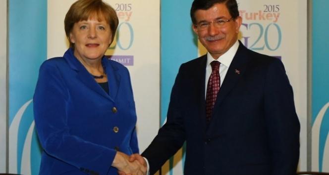 Davutoğlu, Londra'da Merkel'le görüştü