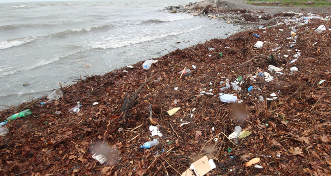 Lodos sahilleri çöplüğe çevirdi