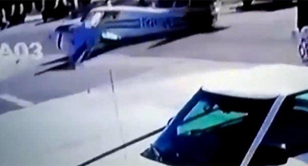 Arıza yapan uçak caddeye indi