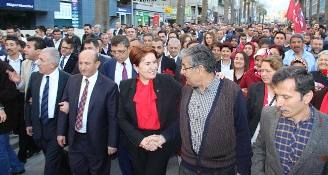 Meral Akşener Denizli'de vatandaşlarla yürüdü