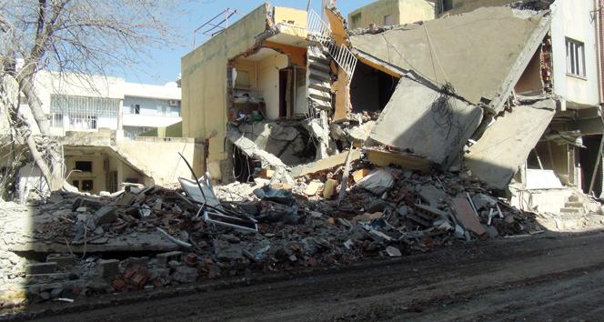 Nusaybin'deki patlamada 2 katlı bina çöktü