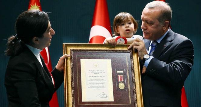 Cumhurbaşkanı Erdoğan Şehit ailelerine 'devlet övünç madalyalarını' bizzat verdi
