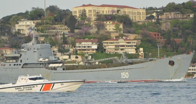 Rus savaş gemisi yine Boğaz'dan geçti! Güvertesinde...