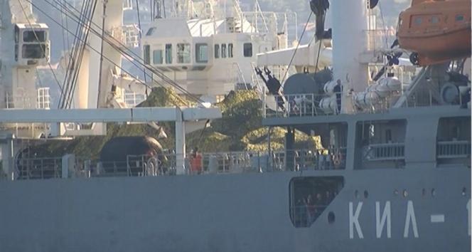 Rus askeri gemisinin şaşırtan geçişi!