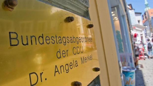 Merkel'in seçim bürosuna domuz kafası bırakıldı