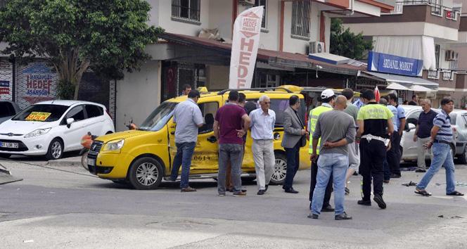 Servis minibüsü ile taksi çapıştı!