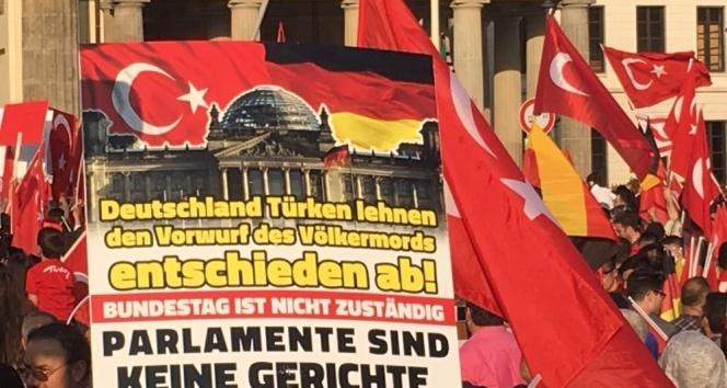 Berlin'de binlerce Türk'ten soykırım protestosu