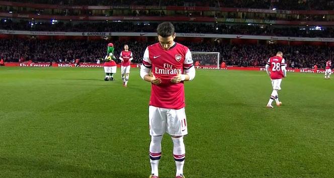 Irkçı yaklaşımları şimdi de Mesut Özil'i buldu!