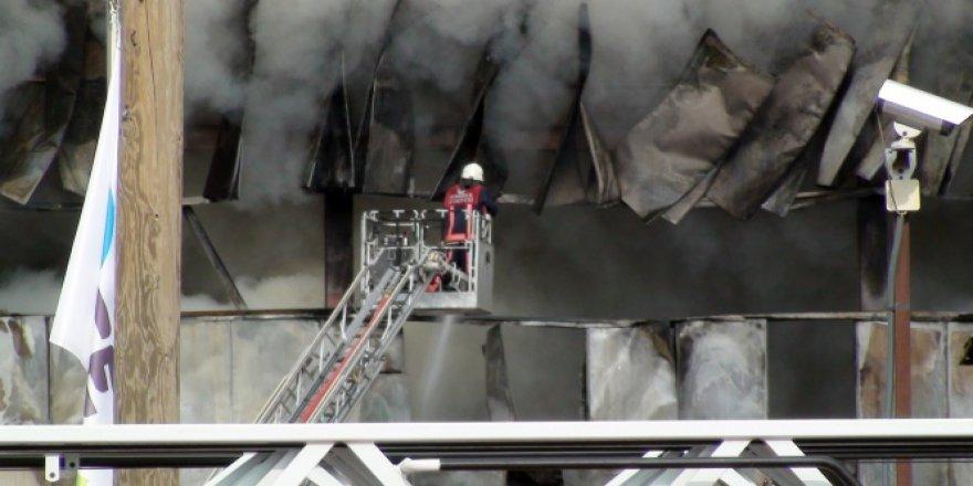 Halı saha çimi üreten fabrikada yangın
