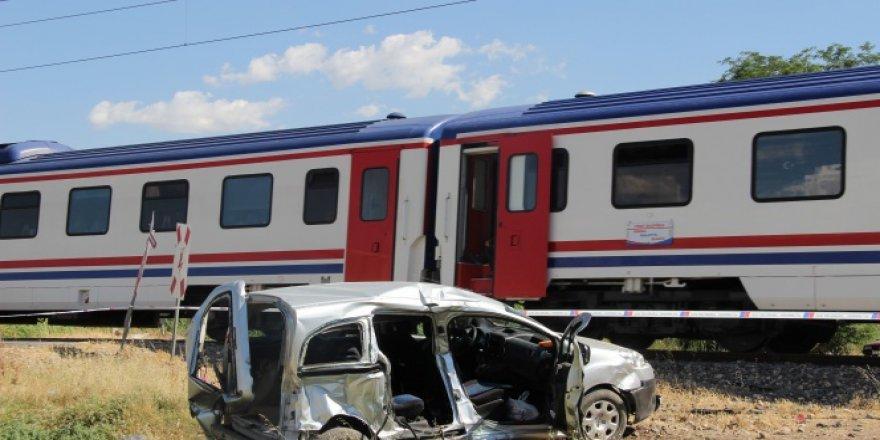 Yük treni hemzemin geçitte hafif ticari araca çarptı!