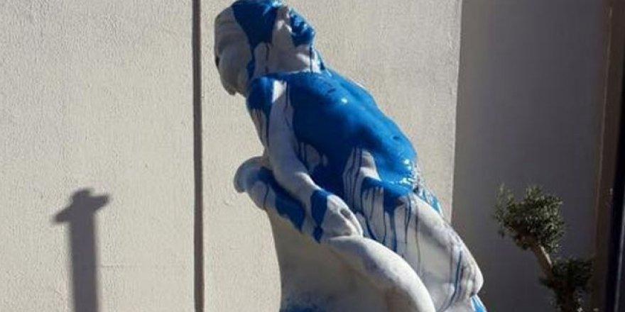 O heykele ikinci kez boyalı protesto