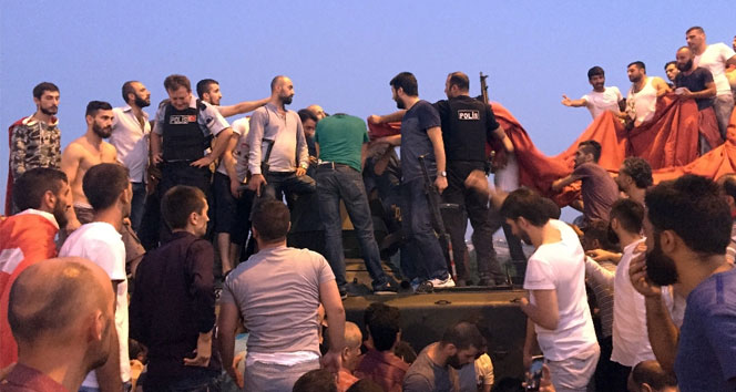 Tankın içinde kalan askerleri linçten polis kurtardı