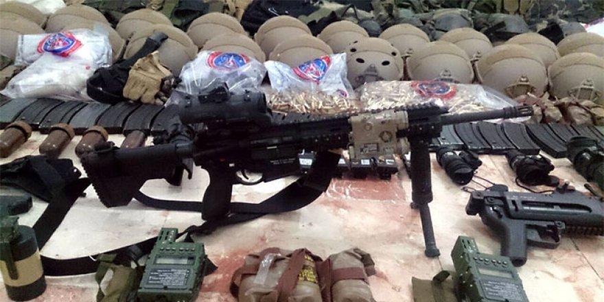 Darbeci askerler silahları bırakıp..