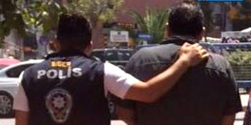 Kırmızı Bülten ile aranan 2 şüpheli şahıs İzmir'de yakalandı!