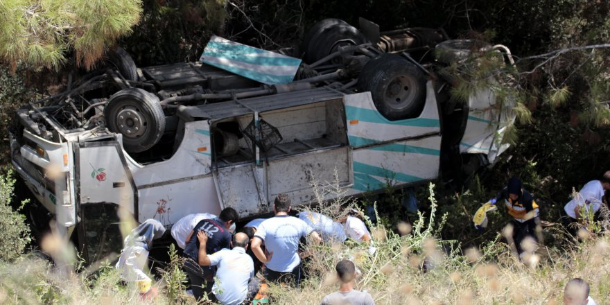 Mersin'de Ölüm virajında kaza: 17 yaralı