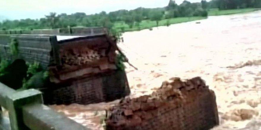 Hindistan'da köprü çöktü: 22 kişi kayıp