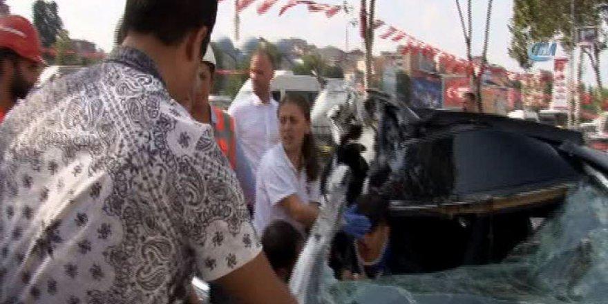 Lüks otomobille zikzak yapan gençler TIR'a çarptı: 4 kişi yaralı