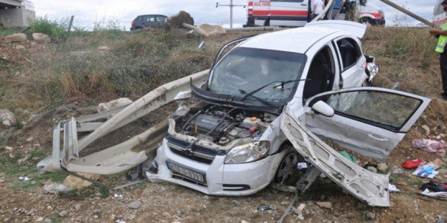 Kontrolden çıkan otomobil bariyerlere saplandı: 5 yaralı