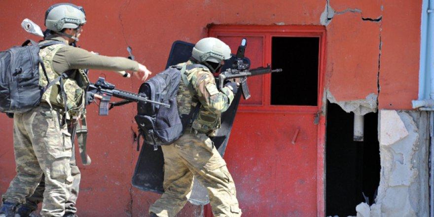 Bingöl'de teröristler ev basıp, adam kaçırdı