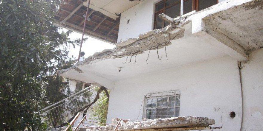 Antalya'da Bir Evin Balkonu Çöktü: 2 Yaralı