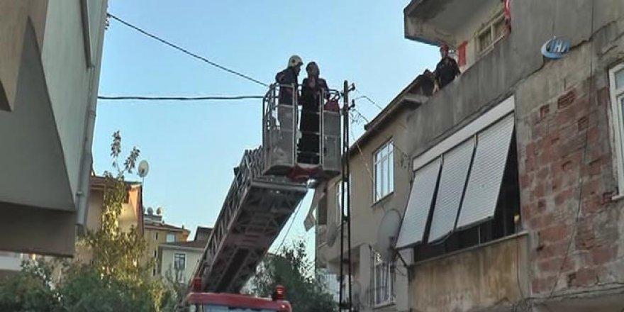 İstanbul , Kartal'da 3 katlı binanın merdiveni çöktü! Anne-kız mahsur kaldı..