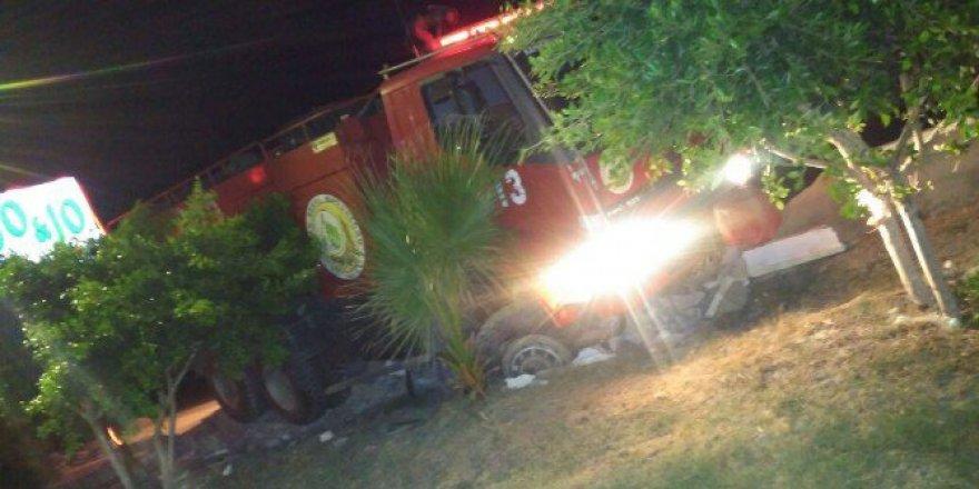 Hatay, Arsuz'da Lastiği Patlayan İtfaiye Aracı Kafenin Bahçesine Daldı
