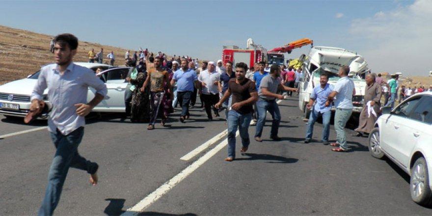 Şanlıurfa'da Yolcu minibüsü ile TIR çarpıştı: 1 ölü, 20 yaralı