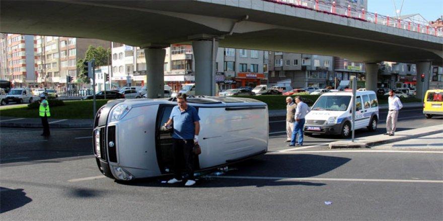 Kayseri'de direksiyon hakimiyeti kaybolan minibüs yan yattı
