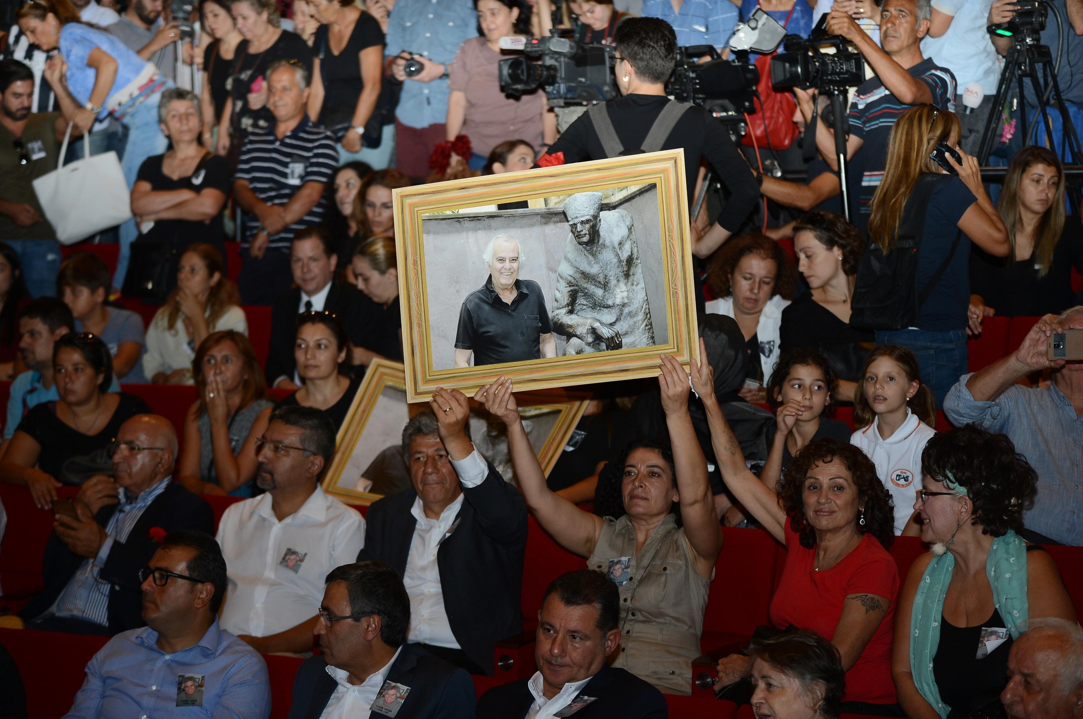 Tarık Akan için Muhsin Ertuğrul Sahnesi'nde tören düzenlendi