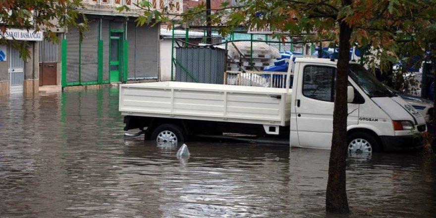 Manisa, Salihli'de sağanak yağış hayatı felç etti