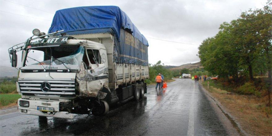 Tokat'ta TIR'la kamyon çarpıştı: 2 yaralı