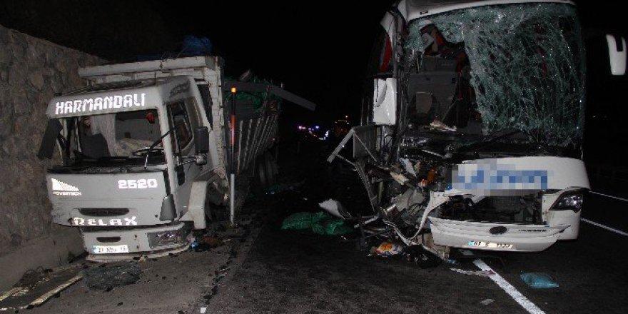 Samsun'da Yolcu Otobüsü Kamyona Çarptı: 1 Ölü, 39 Yaralı
