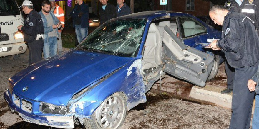 Aksaray'da Refüje Çıkan Otomobil Ağaçları Yerinden Söktü: 3 Yaralı