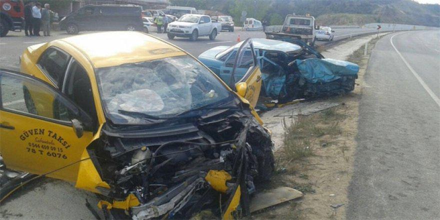 Kastamonu'da ticari taksi ile otomobil çarpıştı: 1 ölü, 2 yaralı