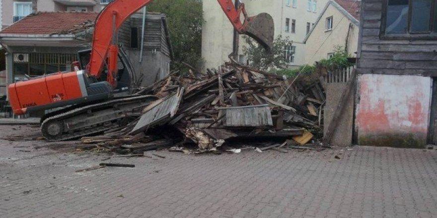 Bartın, Kuruçaşile'de Ahşap Ev Belediye Ekiplerince Yıkıldı