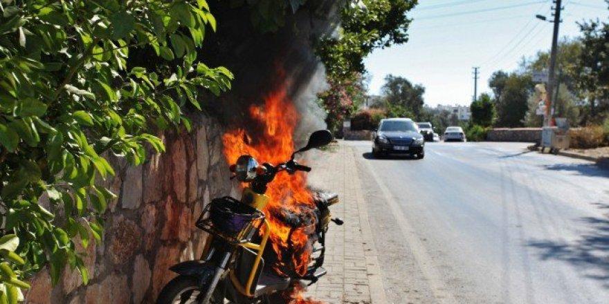 Seyir Halindeki Elektrikli Motosiklet Alev Alev Yandı