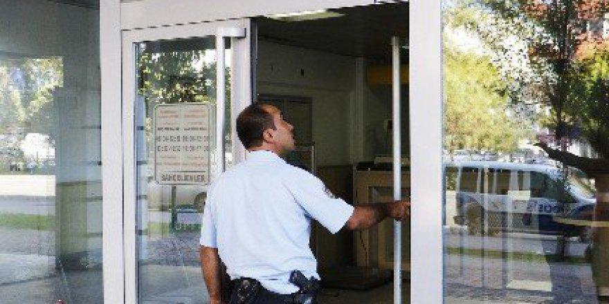 Antalya'da Açık Unutulan Ptt Şubesinin Kapısı Polisi Alarma Geçirdi