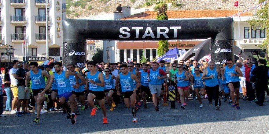 Çeşme'de Asics Weekend Yarı Maraton Heyecanı