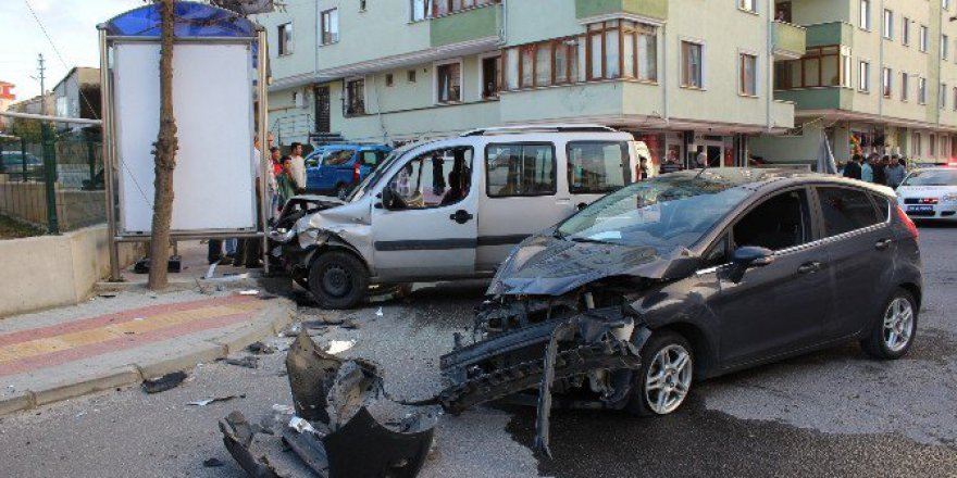 Tekirdağ, Kapaklı'da İki Otomobil Çarpıştı: 3 Yaralı