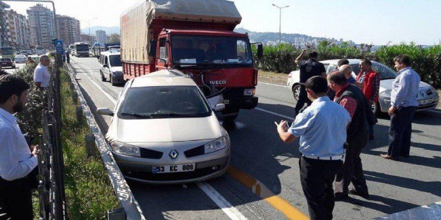 Rize'de Arızalanınca Yol Kenarına Park Edilen Araca Kamyon Çarptı