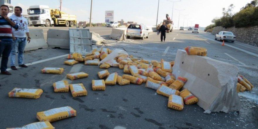 Bursa'da freni patlayan kamyon beton bariyerlere çarparak durabildi