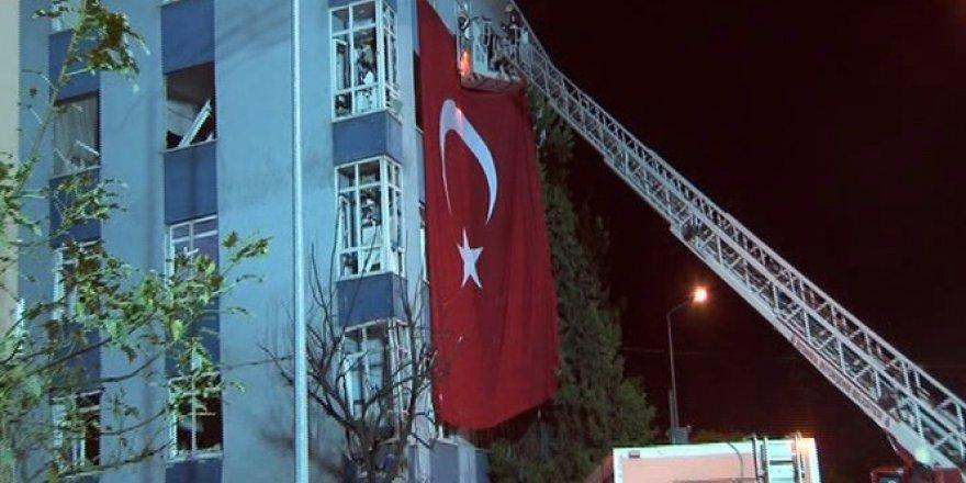 Saldırıda Hasar Gören Binaya Dev Türk Bayrağı Asıldı