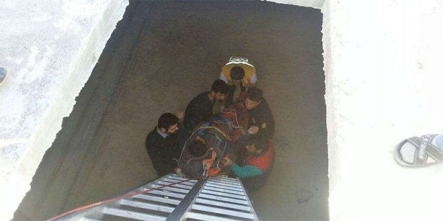 Çukura düşen işçiyi itfaiye ekipleri kurtardı
