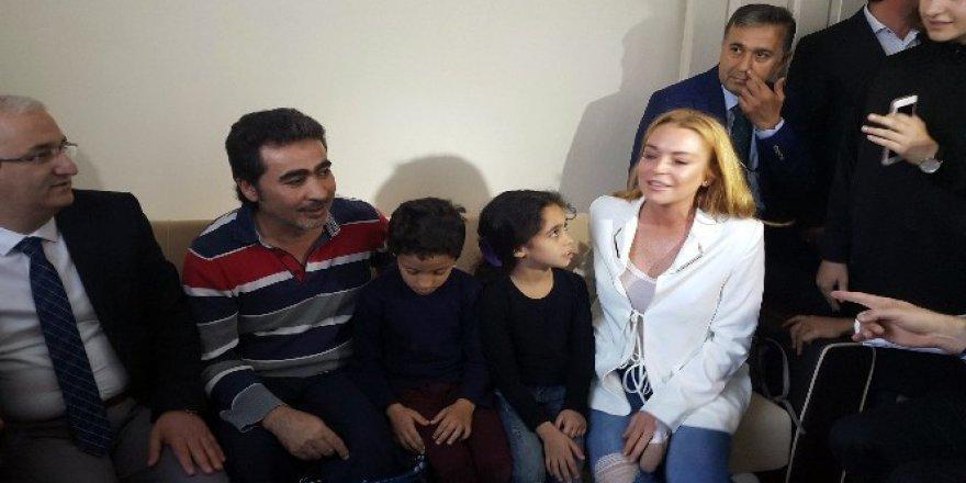 Lindsay Lohan mülteci çocuklarla ilgilendi