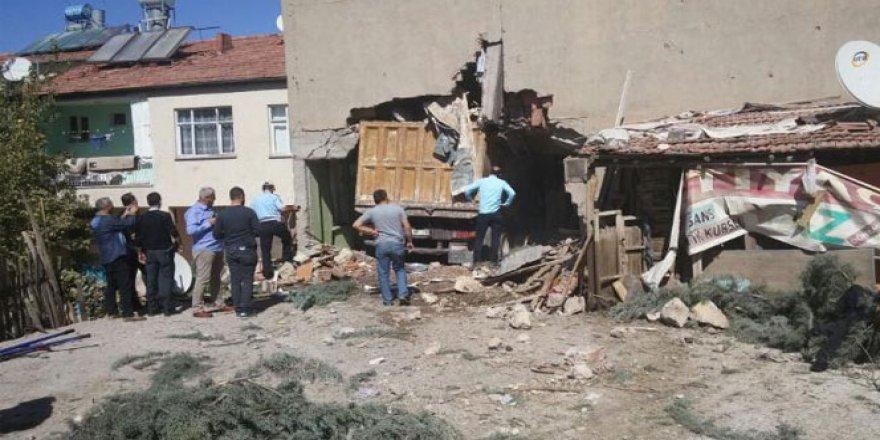 Malatya'da freni patlayan kamyon eve daldı: 1 ölü, 6 yaralı